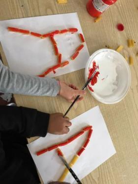 I bambini della 1B realizzano la A con la pasta colorata