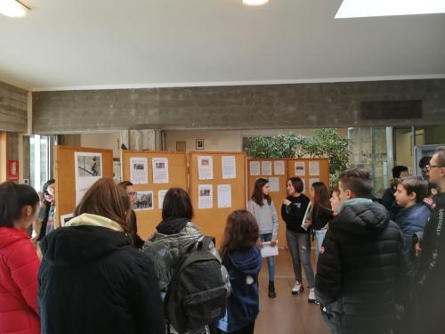 Gli alunni spiegano ai compagni gli articoli selezionati per la mostra